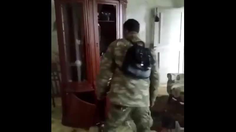 Азеры разбираются с враждебной к ним мебелью