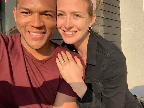 Парeнь целый меcяц фоткался с обручальным кольцом для своей девушки, и всё это время она не замечала Однажды Эди сидел на диване и крутил в руках обручальное кольцо для своей любимой девушки по