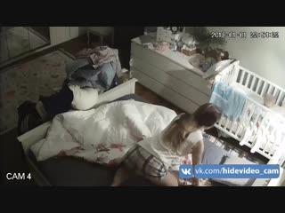 Молодая симпатичная мамка переодевается в спальной комнате   young pretty mother changes clothes in bedroom