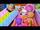 КАТЯ И МАКС НЯНЬКИ!🤣 КТО МЕНЯЕТ ПАМПЕРС Веселая семейка смешной сериал живые куклы Барби Даринелка