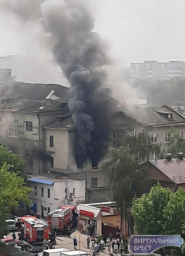 На ул. Куйбышева в Бресте полыхает здание бывшей фабрики