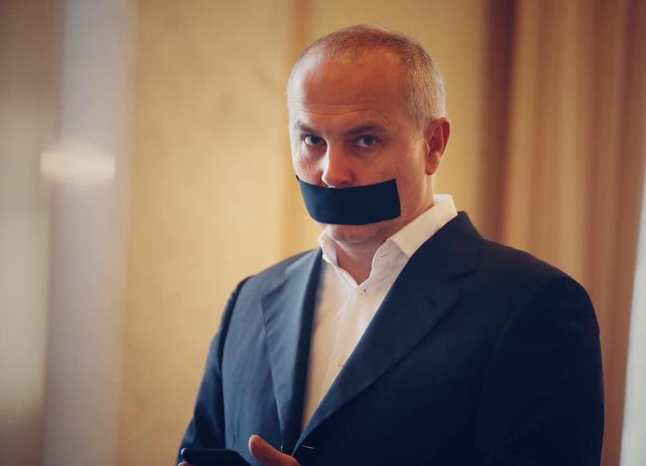 Глава комитета Рады по свободе слова пришел в парламент с заклеенным ртом