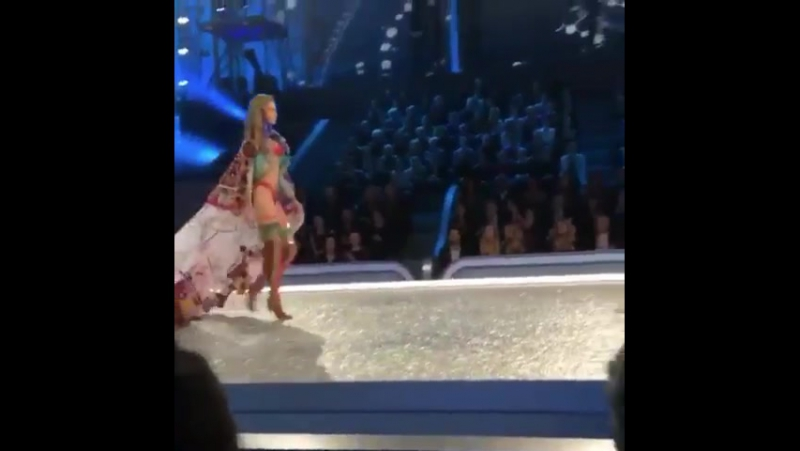 Gigi walking during the The Road Ahead segment at the Victoria's Secret Fashion Show. VSFS2016 » FreeWka - Смотреть онлайн в хорошем качестве