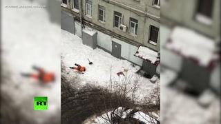 В Москве очевидец заснял момент падения рабочего с крыши во время уборки снега