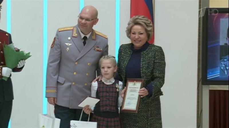 Детей-героев совсей страны пригласили нанаграждение вМоскву вСовет Федерации. Новости. Первый канал