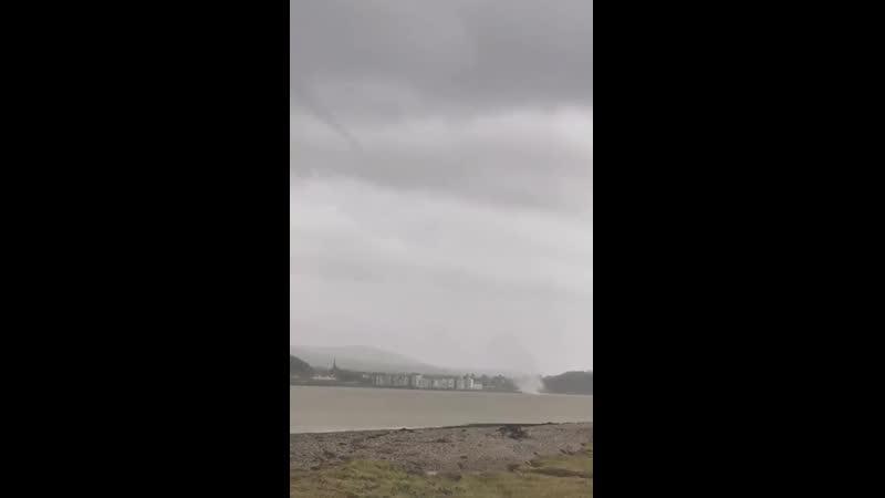 Водяной смерч в проливе Менай Уэльс Великобритания 16 02 2020
