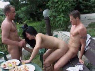 ГРУППОВОЙ СЕКС В САДУ - би гей порно фильм бисексуалы групповуха оргия геи бисексуалы парни девушки