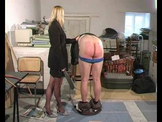 Фемдом (F/M): Госпожа наказывает раба спанком и розгой неизвестно за что.
