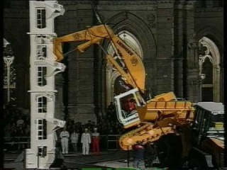Экскаватор Liebherr залезает на башню без посторонней помощи!