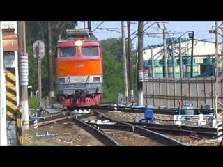 Смена локомотива с ЧС4Т-372 на ЧС4Т-451 и отцепка прицепных вагонов, ст. Киров