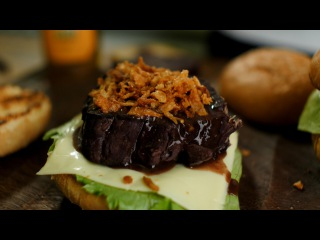 Бургер по-французски (говядина тушёная в вине)
