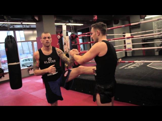Подводящие упражнения под мидл кик в тайском боксе показывает Андрей Басынин