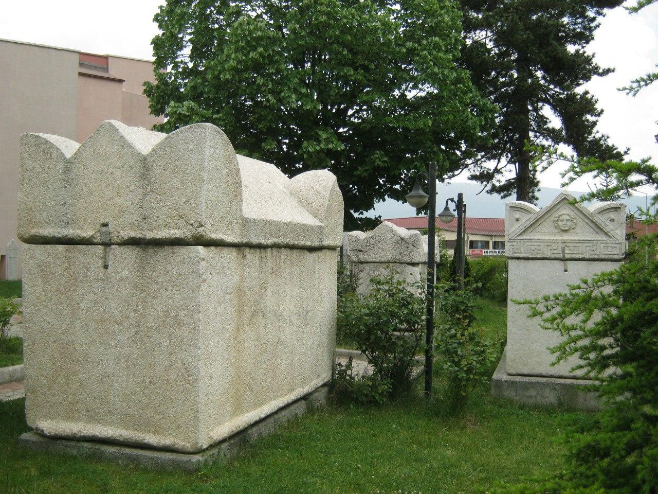 Саркофаги во дворе музея в Болу