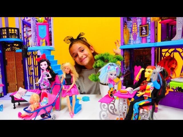 Bebek Oyunları Monster High BAKICI mı oldular Barbie Chelsea Monster High okulunda Okul oyunu
