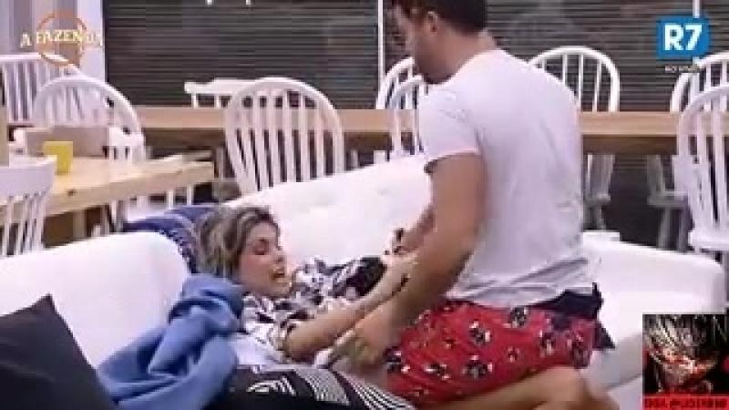 """Flávia força barriga de 'grávida' e Marcelo dispara """"Sai fora"""""""