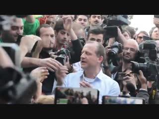 В Грузии кандидат в президенты раздал самокрутки с травой на фестивале марихуаны Рифмы и Панчи