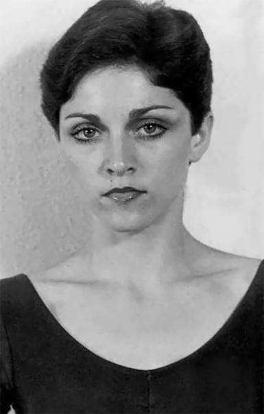 Мадонна Луиза Чикконе в студенческом городкеАнн-Арбори Мичиганскогоуниверситета 1977 год.Во время учёбы Чикконе вэтом ВУЗечитал лекции поэтИосиф Бродский, впоследствииупомянувшийпевицу в