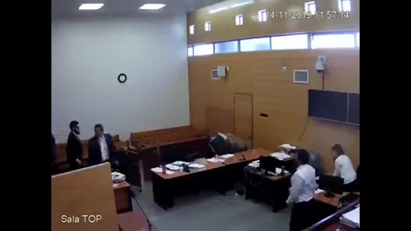 Delinquente tenta arrancar a arma de escolta policial