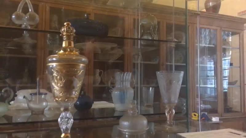 Смотритель в Эрмитаже западноевропейское стекло