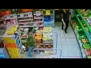 Грабеж в магазине Петербурга и избиение охранника попали на видео