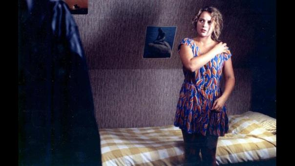 «Платье» (1996) Автор сценария и режиссер: Алекс ван ВармердамПлатье - черная метка, знак неудачи, которая выпала человеку. Вещь, которая связывает людей в людоедскую пищевую цепочку - от
