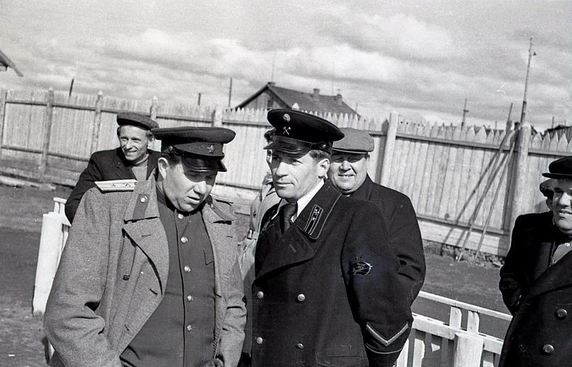 Слева – начальник комбината «Интауголь» Д.А. Жуков, справа – начальник шахты №9 С.Н. Штипельман. (середина 50-х гг.)