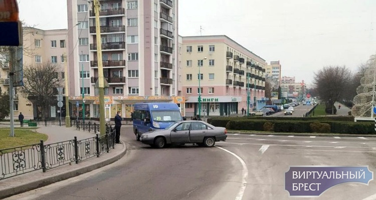 "На ""бульварном"" кольце в Бресте маршрутка проучила водителя Opel"