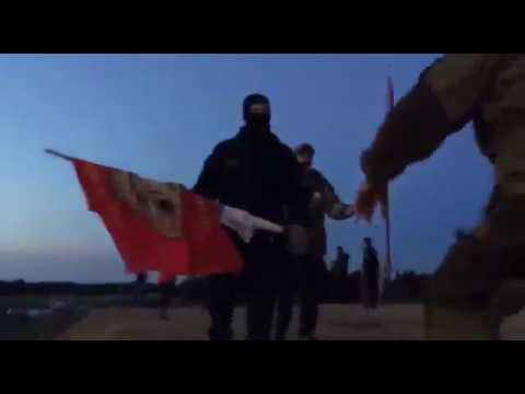Шиес. Чоповцы пытаются сорвать флаг спецназа.