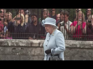 Queen inspects guard of honour at balmoral