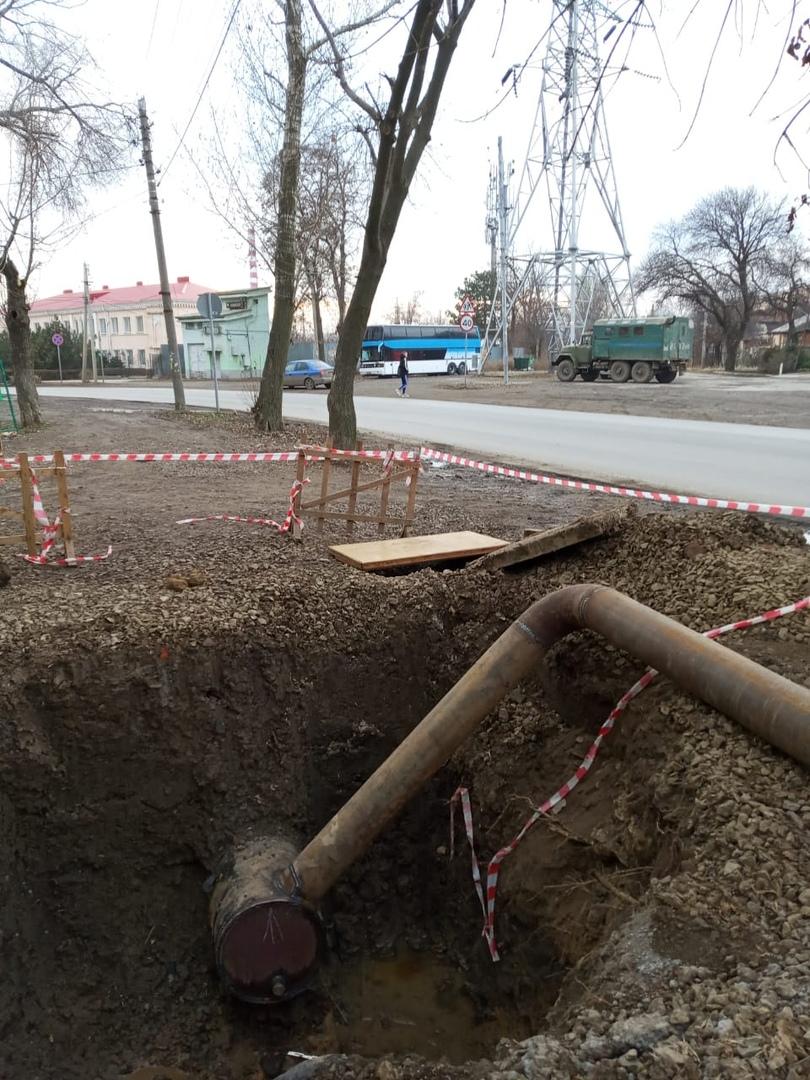 В Таганроге в районе улиц Социалистической и Бабушкина меняют водопровод диаметром 500 мм