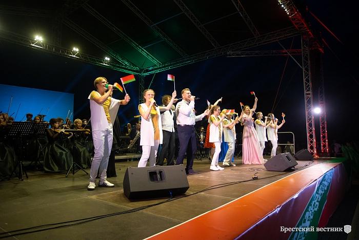 Салютом и гимном завершился День Независимости в Бресте