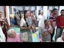 Шрипад Премананда Прабху раздает Джаганнатха маха прасад