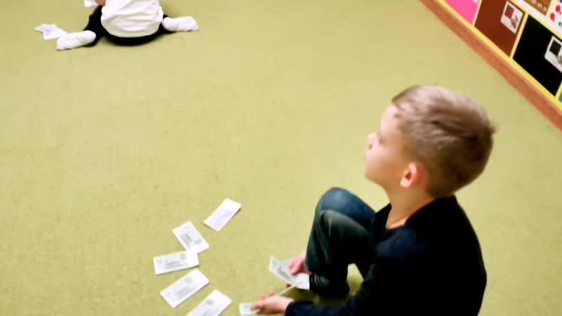Каждый ребёнок пересчитывает трёхрублёвые купюры в своих стопках