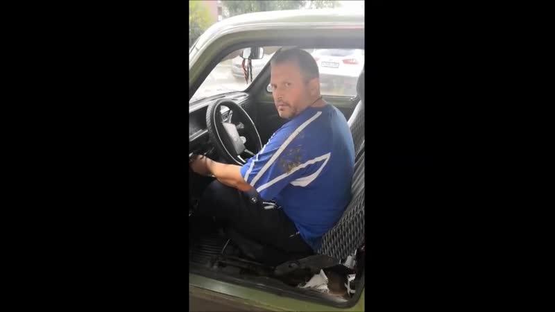 В одном из дворов на улице Крупской девушка попыталась помешать предположительно нетрезвому водителю сесть за руль. Ролик размещ