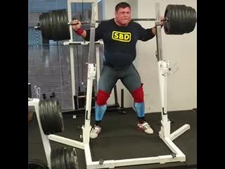 Жидрунас Савицкас приседает 300 кг на 8 раз