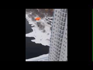 Парашютисты прыгают с Белых Рос