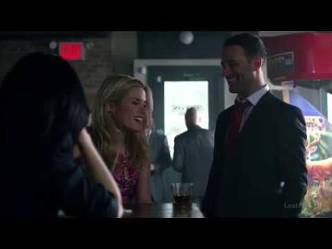 Джессика Джонс в баре играет в тест на силу