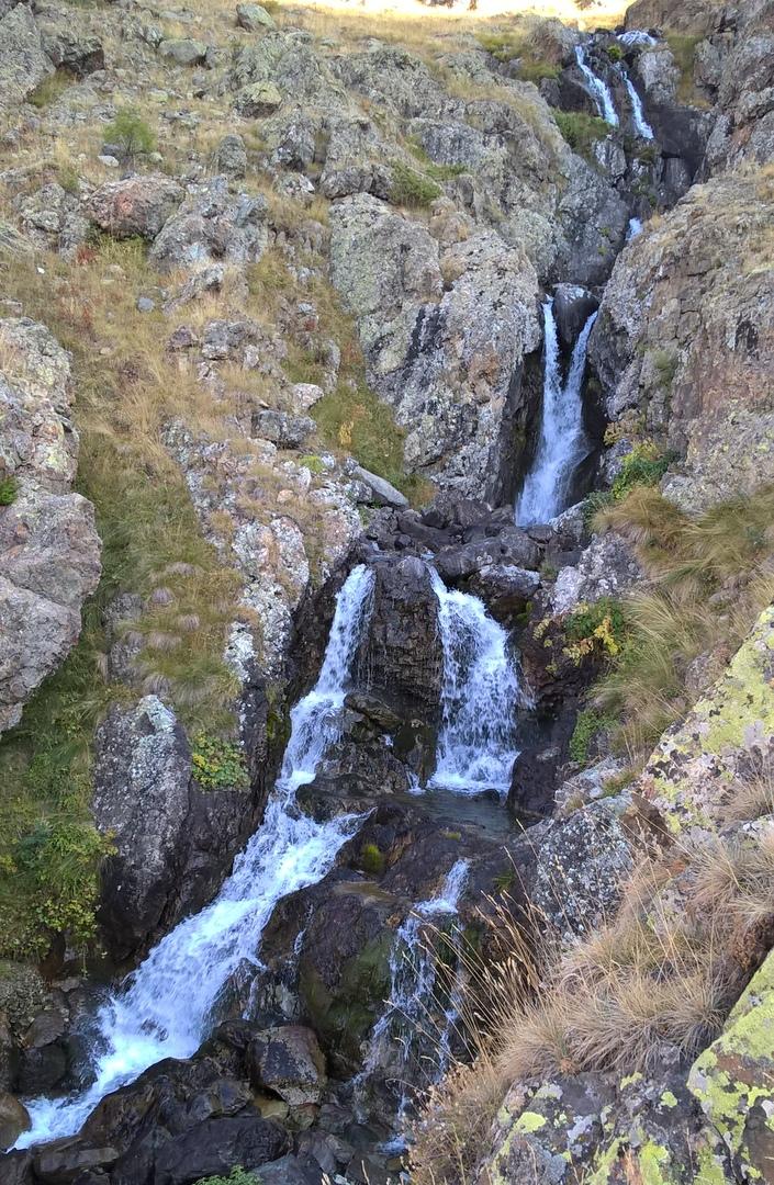 каскадный водопад в Качкарских горах