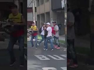 Pelea entre hinchas del DIM antes del partido ante el Atltico Nacional en las calles de Medellin