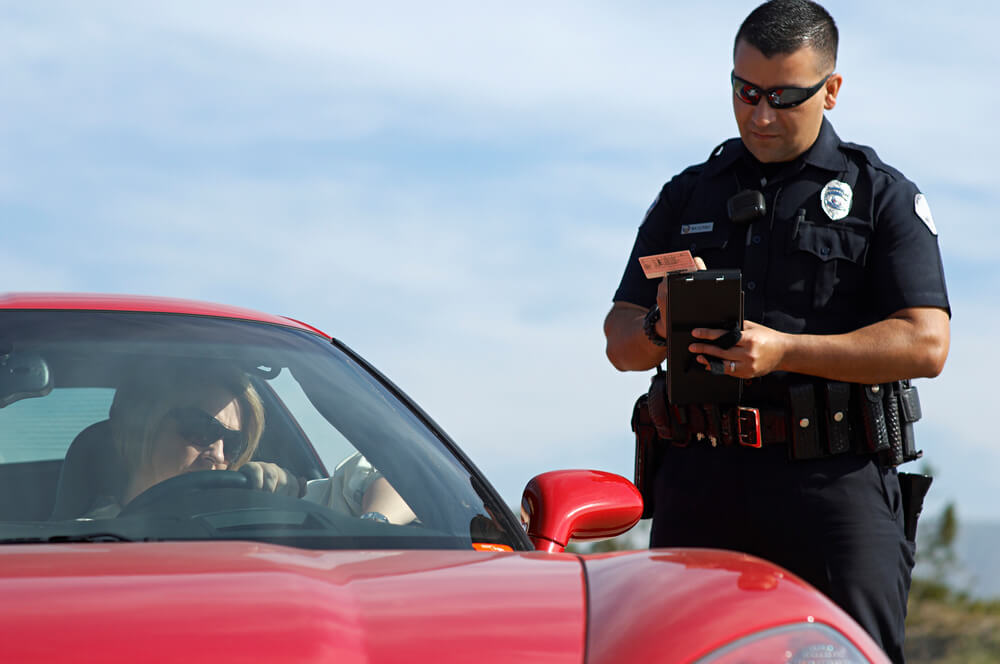 Для чего американские полицейские прикасаются к стоп-сигналам остановленной машины
