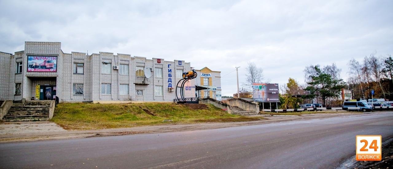 Мотоцикл «Урал» у здания ГИБДД: следующие – «Жигули»