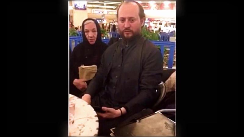Почаевские монахи поют в аэропорту в Тель-Авиве