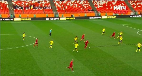 Мелкадзе принимает мяч с уходом, не тратя лишнее касание, видит открывающегося партнера и зону для паса между центральным и крайним защитником.