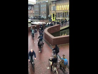 Heavy traffic reported leaving the Delft train station. Expect delays of up to 1 minute.