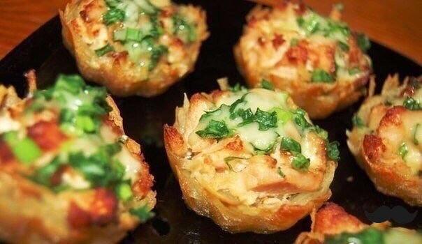 Тарталетки из картофеля с куриным филе под чесночно-сырным соусом.