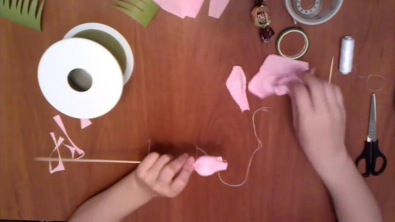 Как сделать розу из бумаги для букета из конфет видео обучение zhezelru
