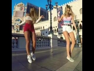 Красивый танец (хорошее настроение, студентки веселятся, девушки танцуют, зажигательный трек, шаг веред, дуэт, пара девушек).