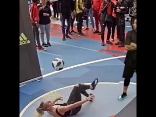 Девушка очень круто владеет мячом