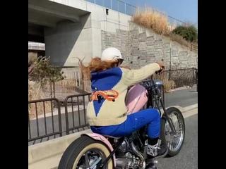 Девушка на мотоцикле, как Вы, Друзья, к этому относитесь?