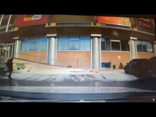 На парковке у ТЦ Гудзон снег упал с крыши на автомобиль Лобовое стекло разбито